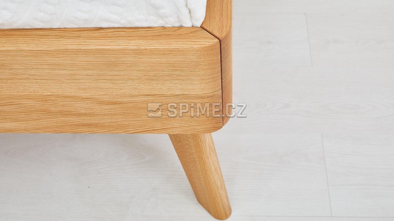 Dřevěná postel z masivu CORTINA, detail nožního čela