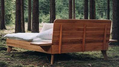 Noční stolek BONITO u postele CORTINA