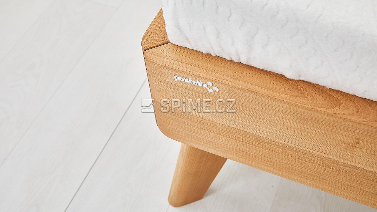 Dřevěná postel z masivu CORTINA, detail nohy