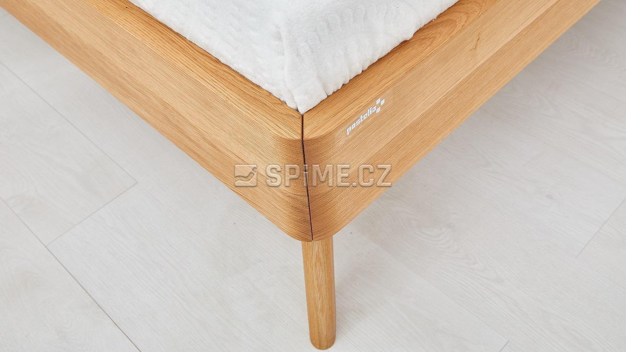 Dřevěná postel z masivu CORTINA, detail