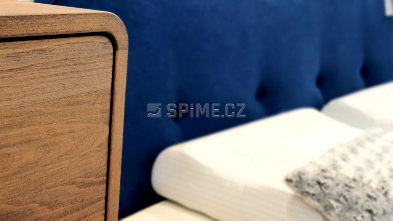 postel z masivu DEIRA detail hlavového čela