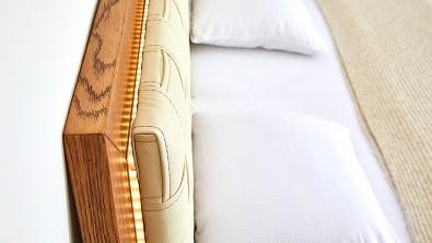 postel z dubového masivu BERGAMO detail čalounění čela a LED osvětlení