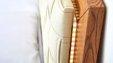 postel z dubového masivu BERGAMO detail LED osvětlení
