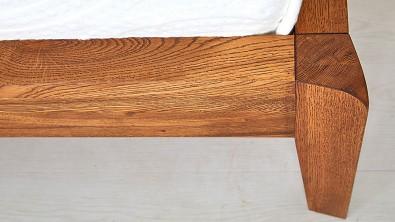 postel z dubového masivu BERGAMO detail nožního čela