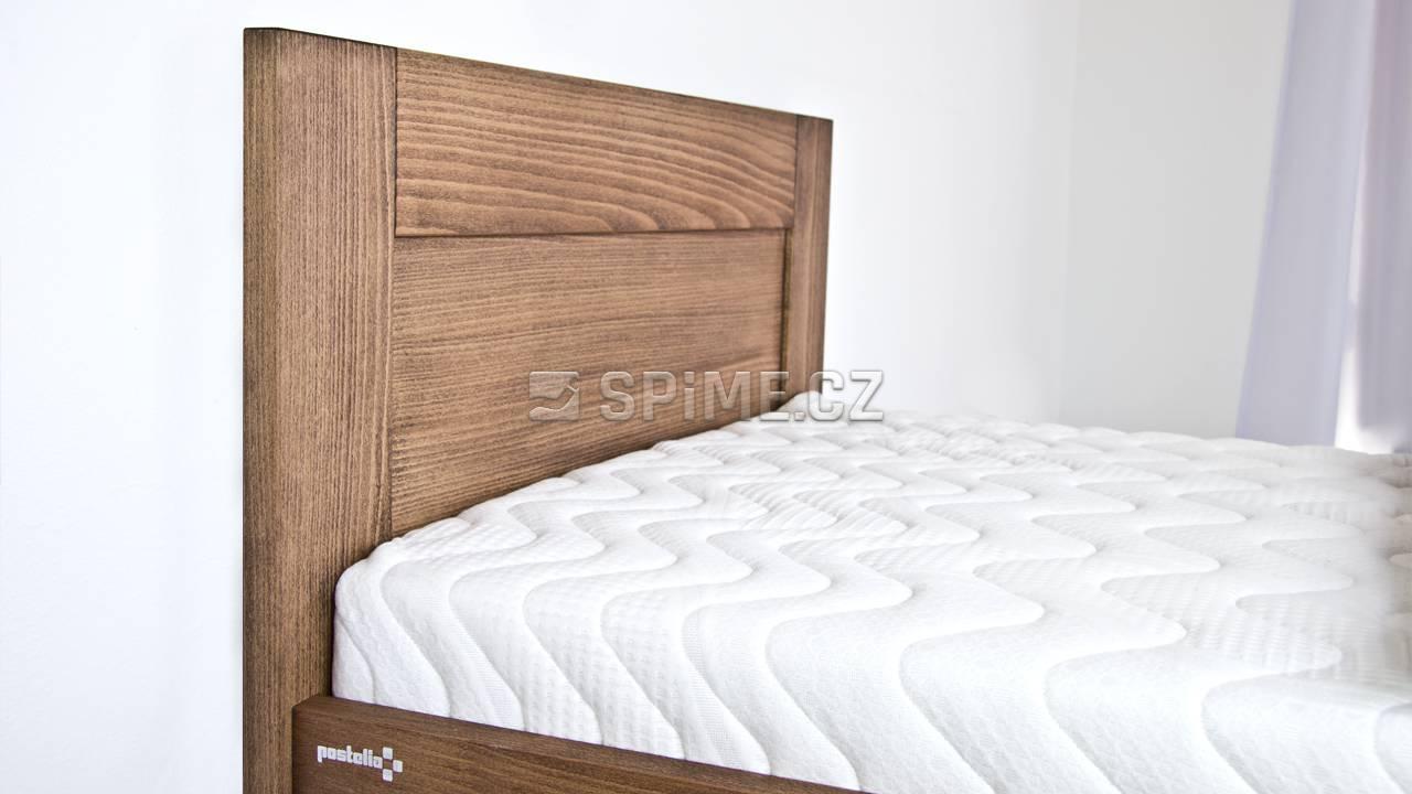 Dřevěná postel z masivu