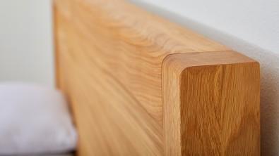 Dřevěná postel z masivu dub STONE, detail hlavového čela