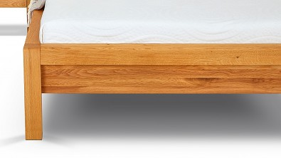 Dřevěná postel STONE, detail nožního čela