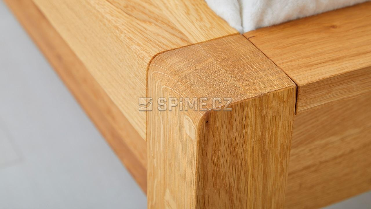 postel z masivu STONE, detail nožního čela