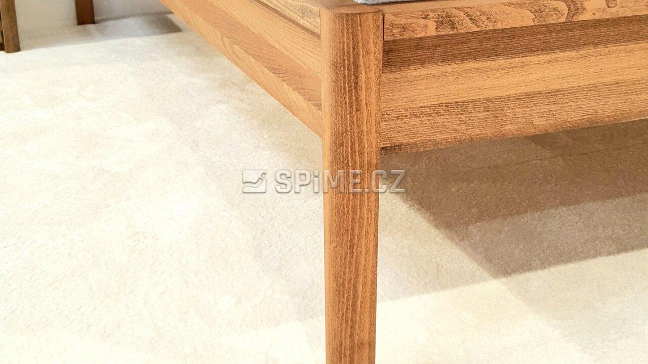 Postel z masivu Tenno detail nohy